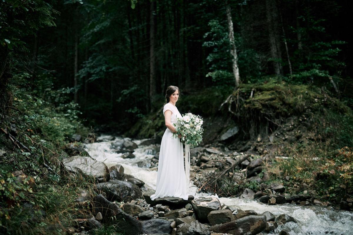 großer Brautstrauss mit Eucalyptus im Flussbett