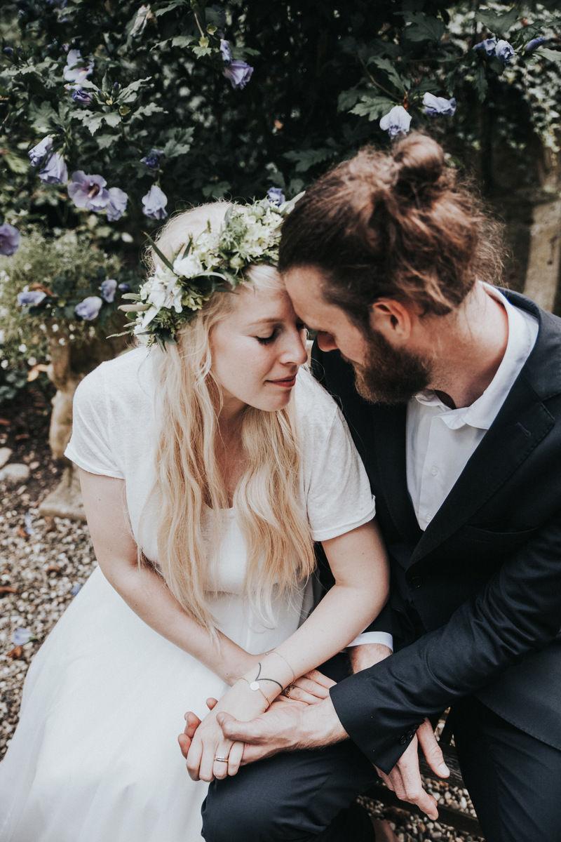 Verträumtes Brautpaar bei ihrer Hochzeit auf Burg Schaubeck