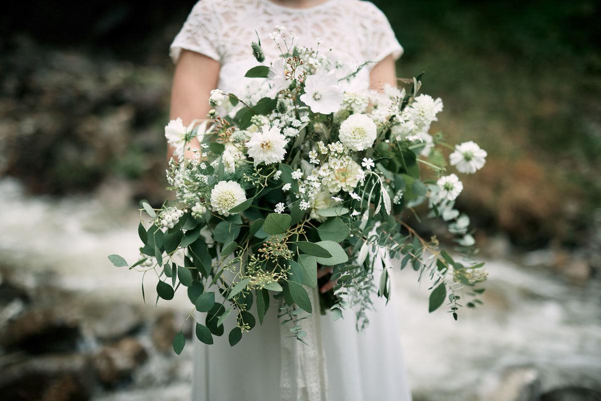 großer Brautstrauß mit weißen Blumen, Dahlien und Eucalyptus von Wildflower aus Stuttgart
