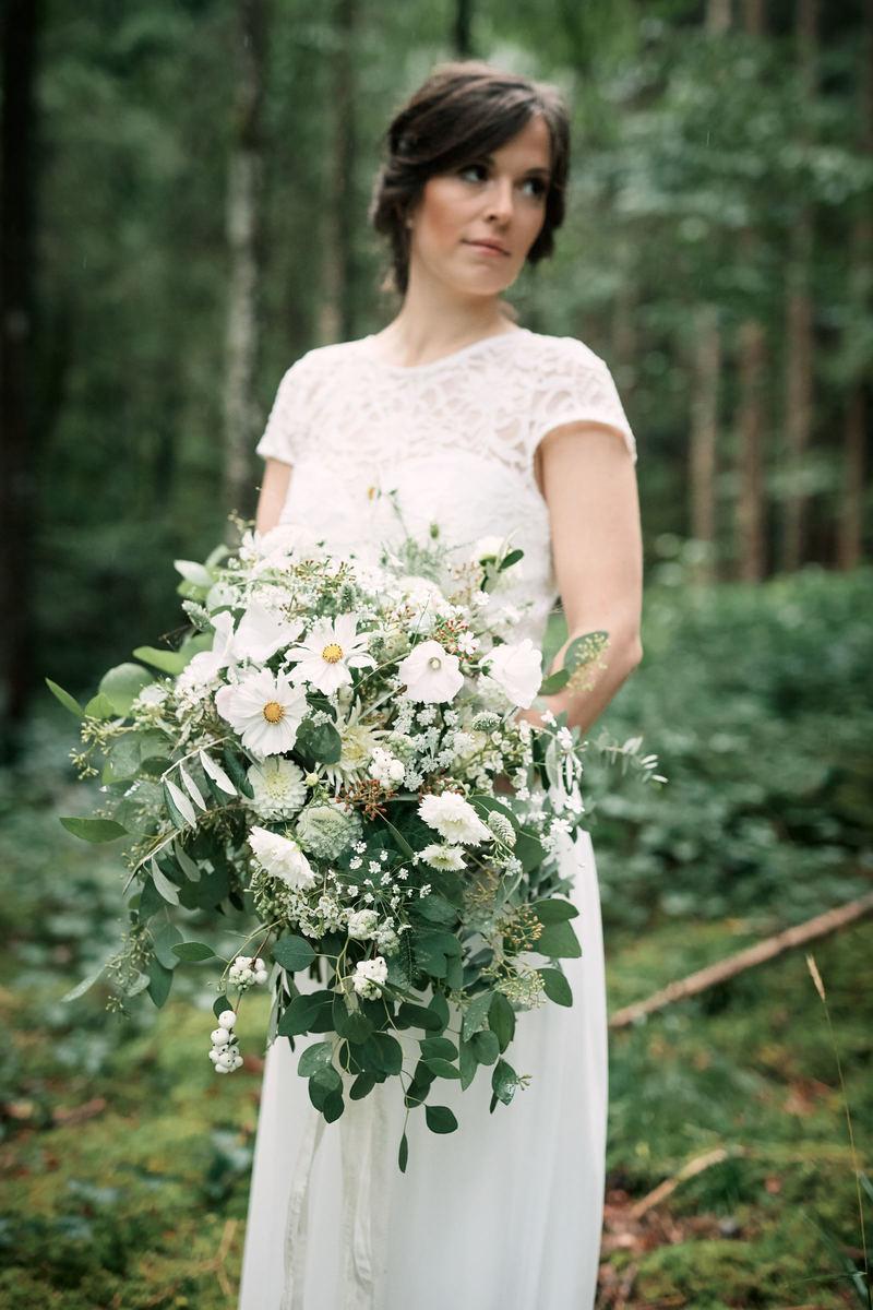 Braut mit weißem Brautkleid und Brautstrauß mit Eukalyptus