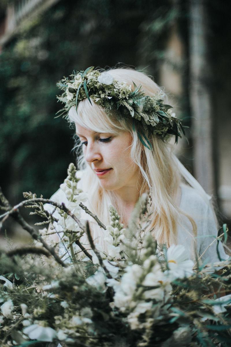 verträumte Braut mit Haarkranz und großem Brautstrauß mit Ästen