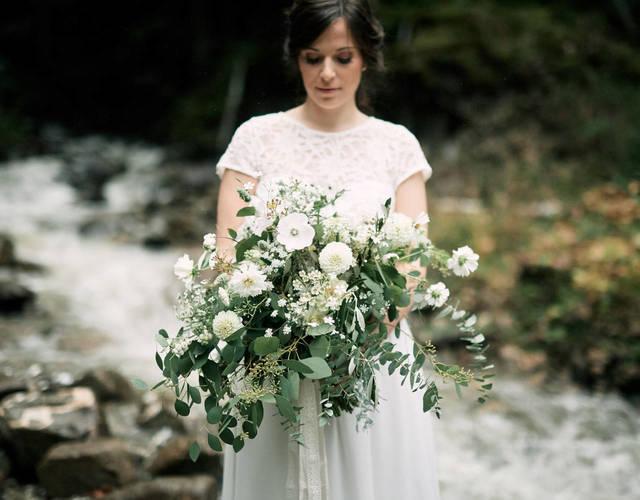 großer Brautstrauß mit Dahlien und Eucalyptus für eine Hochzeit im Sommer von Wildflower