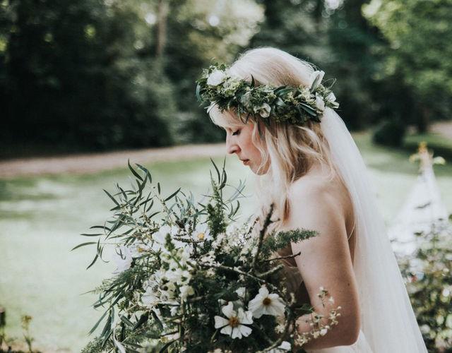 Braut mit märchenhaftem Brautstrauß und Haarkranz auf Burg Schaubeck