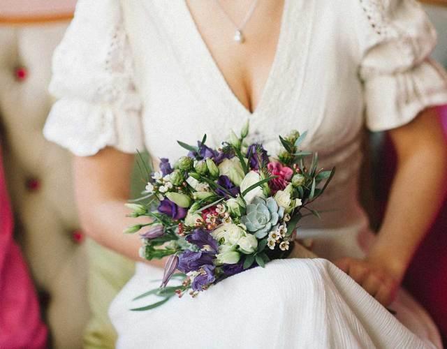 Braut hält Brautstrauß mit Sukkulenten