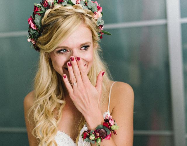 Glückliche Brau mit Haarkranz und Blumenarmband