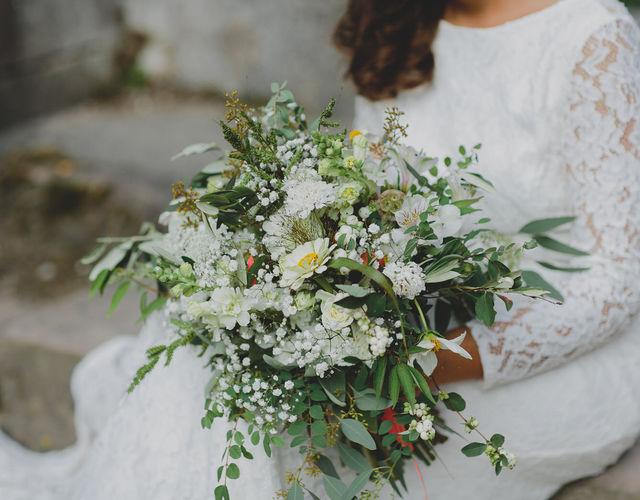Sommerlicher Oversize Brautstrauß mit Eukalyptus und weißen Blumen