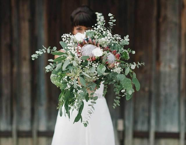 Brautstrauß mit Eukalyptus und großen Protheen