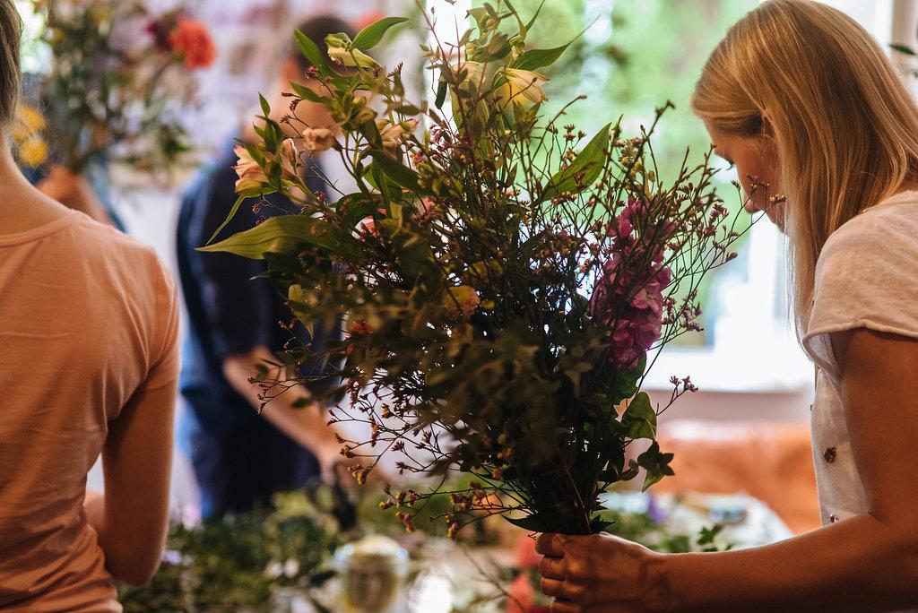 Gestalten eines Blumenstrauß im Workshop von Wildflower Stuttgart