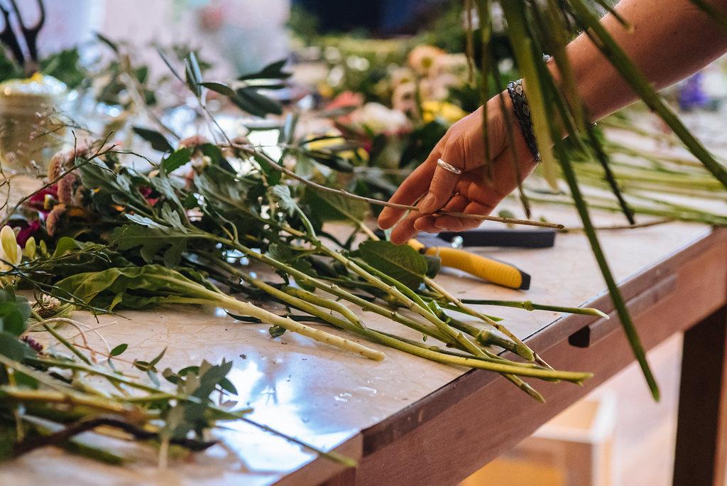 Ein Blumenstrauß wird gebunden beim Workshop von Wildflower in Stuttgart
