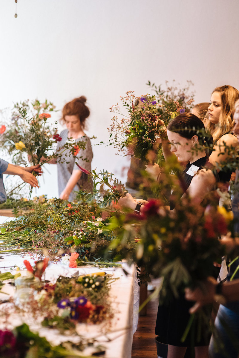 Kreative Arbeiten beim Workshop für wilde Blumensträuße von Wildflower Stuttgart