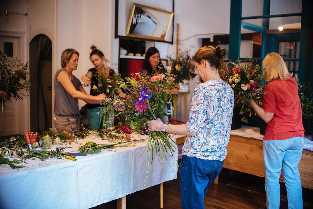 Kreatives Gestalten des eigenen Blumenstrauß beim Workshop von Wildflower - Friederike Paul