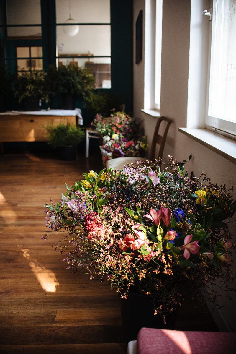 Die Blumenauswahl des Wildflower Workshops für natürlich wilde Sträuße in Stuttgart