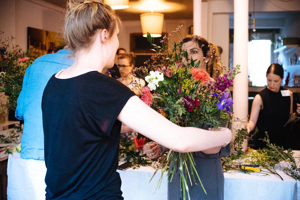Ein bunter Blumenstrauß entsteht im Workshop von Wildflower - Friederike Paul