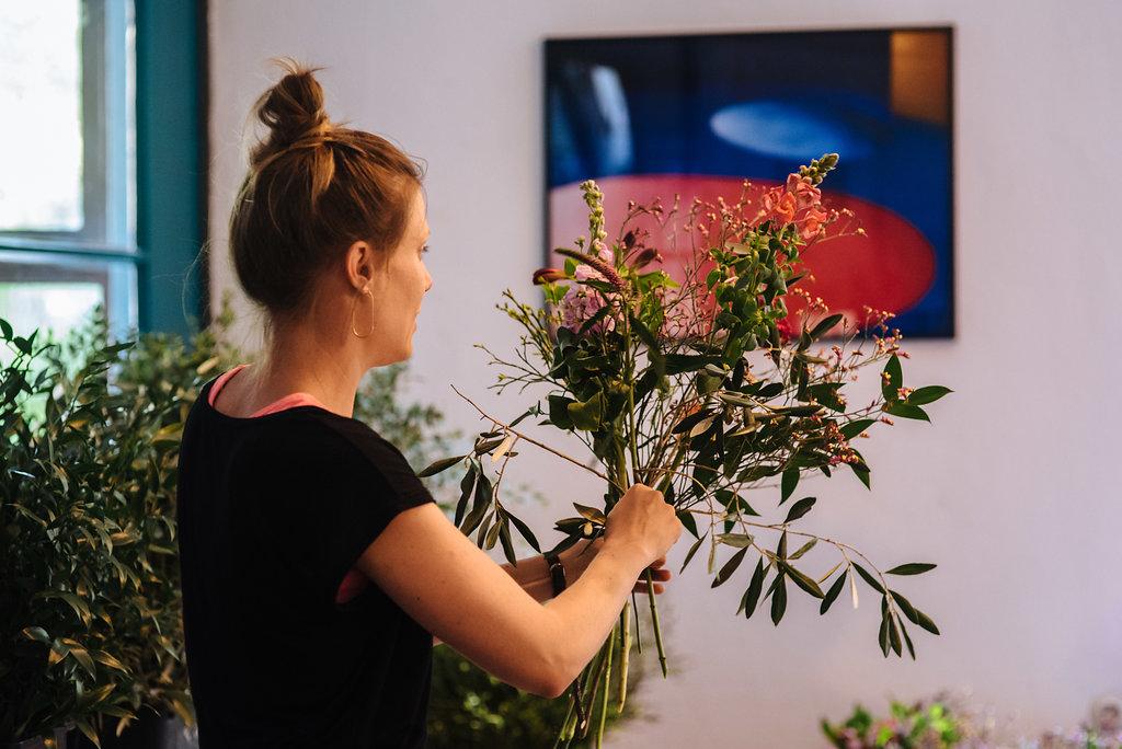 Friederike Paul von Wildflower Stuttgart beim Workshop für natürlich wilde Sträuße