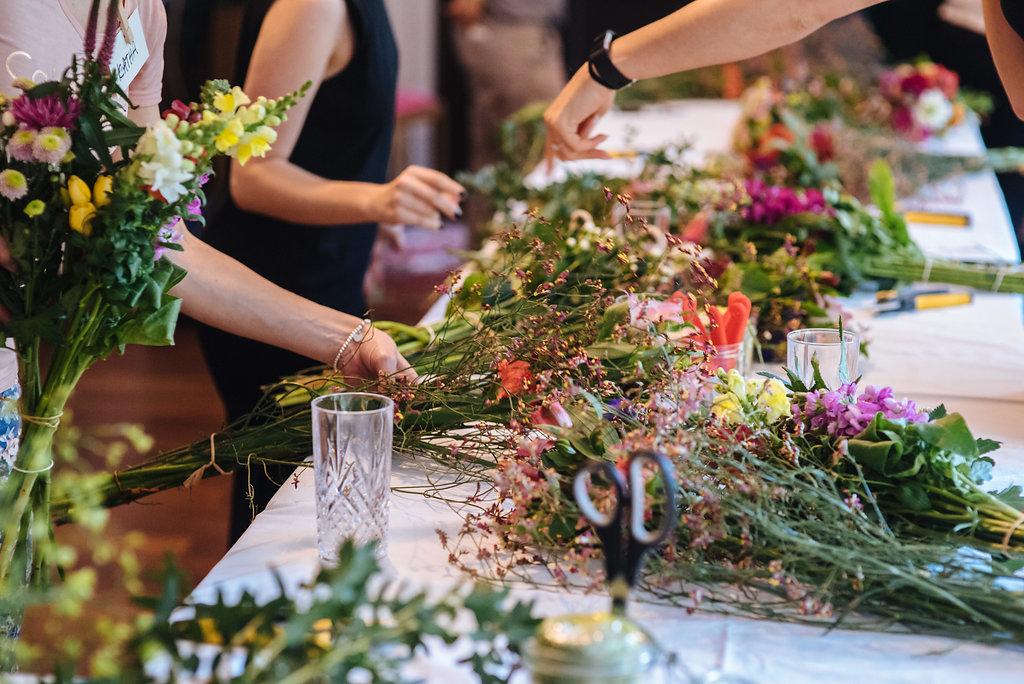 Binden von Blumensträußen im Workshop von Wildflower Stuttgart
