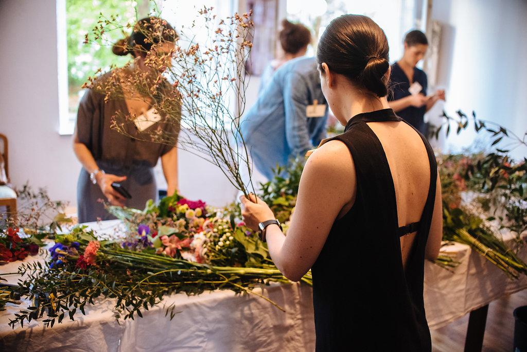 Binden eines Blumenstrauß im Workshop von Wildflower Stuttgart
